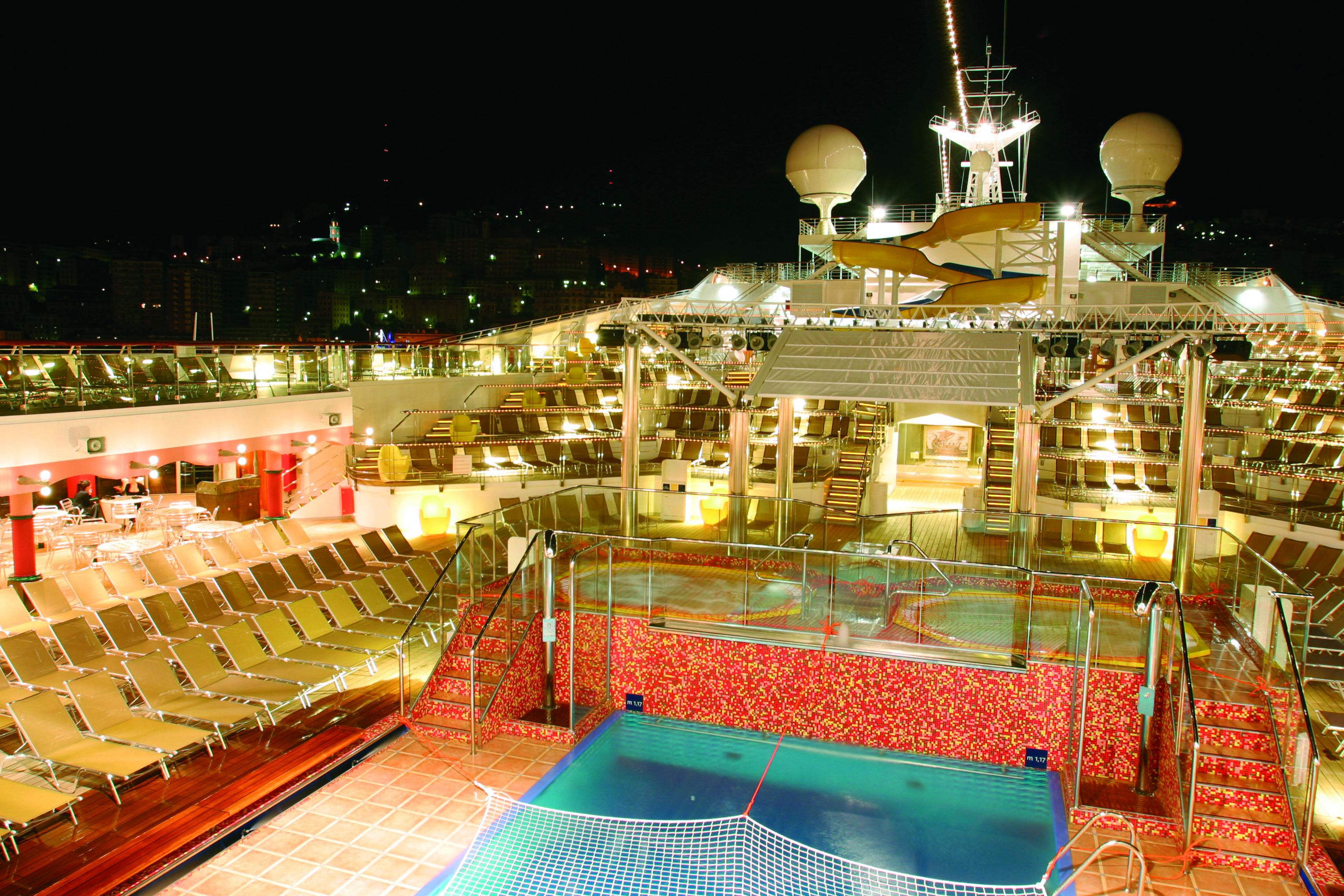 Pool Deck bei Nacht